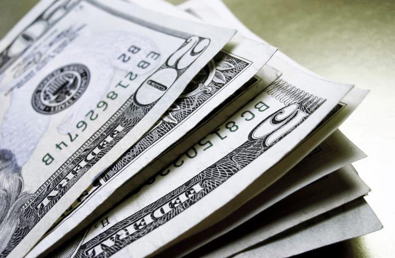 Dolar fecha nova alta e beira R$2,98