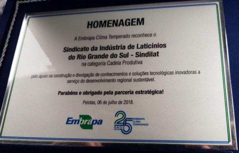 Sindilat é homenageado nos 25 anos da Embrapa Clima Temperado